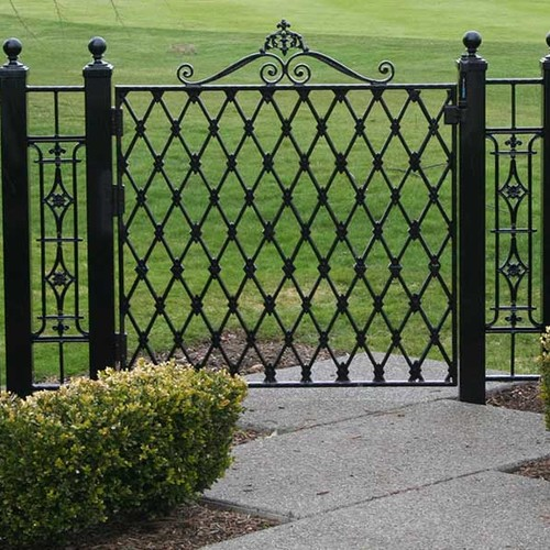 Zasady malowania metalowych elementów w ogrodzie