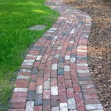 Jak zrobić ceglane ścieżki w ogrodzie bez użycia cegieł?