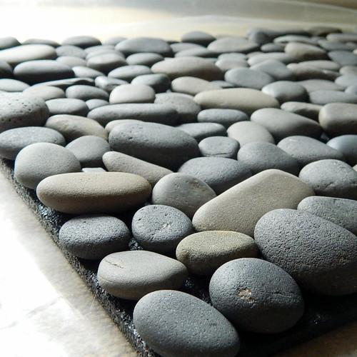 Jak zrobić dekoracyjną matę na buty z kamieni?