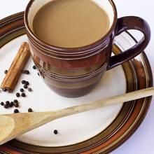 Wspaniała herbata z mlekiem i kardamonem