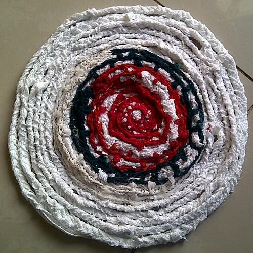 Jak samodzielnie wykonać dywanik ze szmatek?