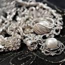 Jak oczyścić srebrną biżuterię za pomocą folii aluminiowej?