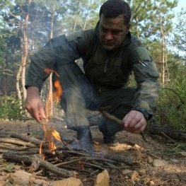 Czy rozpalanie ognia bez zapałek jest trudne?