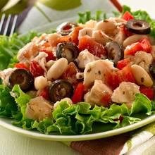 Jak przyrządzić sałatkę z tuńczykiem i makaronem?