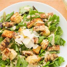 Jak przygotować popularną sałatkę Cezara?