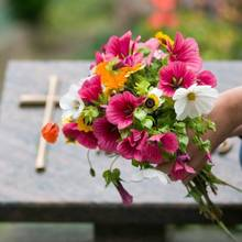Jak zrobić ładny bukiet na grób ze sztucznych kwiatów?