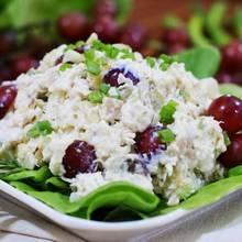 Jak przygotować sałatkę z kurczakiem, winogronami i orzechami?