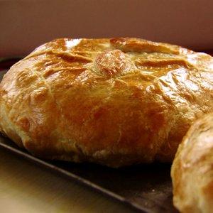 Jak przygotować pyszny ser pleśniowy w cieście francuskim?