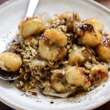 Jak przygotować płatki owsiane z karmelizowanymi bananami?