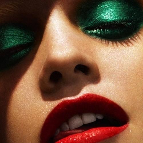 Jak wykonać szmaragdowy makijaż oczu?