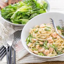 Jak zrobić sałatkę szparagowo-krewetkową?
