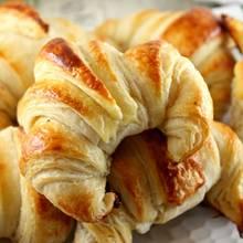 Croissanty z ciasta francuskiego – jak je zrobić?