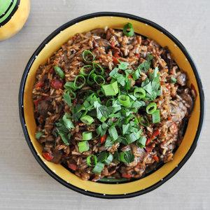 Ciekawy sposób na wyjątkowy ryż z bekonem w sosie mole
