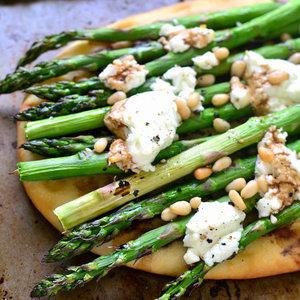 Jak przyrządzić szparagi z kozim serem i orzechami?
