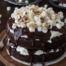 Ciekawy sposób na słodkie czekoladowe ciasto z piankami