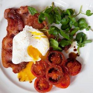 Jak przyrządzić jajko sadzone z pomidorem i boczkiem?