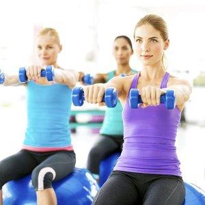 Jak ćwiczyć ramiona dzięki hantlom?
