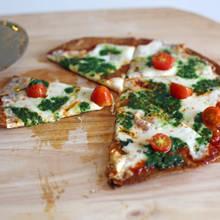 Smaczna pizza na spodzie z tortilli