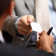 Jak profesjonalnie wymienić się wizytówkami?