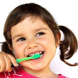 Jak przyzwyczaić dwulatka do mycia zębów?