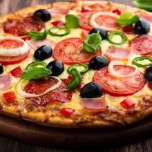 Jak przyrządzić szybką pizzę z salami i szynką?