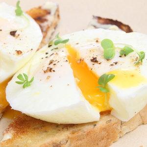 Jak zrobić smaczne jajka w koszulkach?