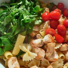 Jak przyrządzić makaron ze szpinakiem i pomidorami?