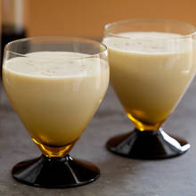 Jak przyrządzić likier jajeczny z rumem?