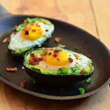 Jak przyrządzić smaczne jajka zapiekane w awokado?