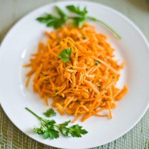Ciekawy sposób przyrządzenia sałatki w kształcie marchewki