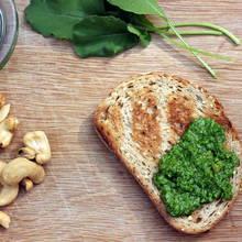 Oryginalne pesto z liści rzodkiewki – jak je przyrządzić?