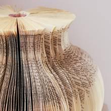 Oryginalny wazon ze starej książki – jak go zrobić?