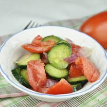 Jak zrobić wiosenną sałatkę z ogórka, pomidora i sałaty?