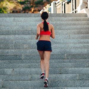 Trening cardio na schodach – ćwiczenie pierwsze