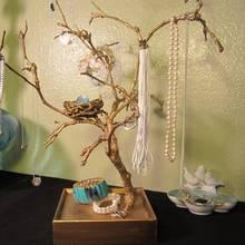 Jak wykonać ozdobne drzewko na biżuterię?