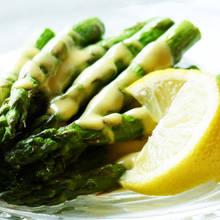 Jak przyrządzić grillowane szparagi z sosem holenderskim?