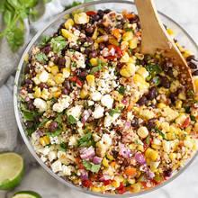 Jak przyrządzić smaczną sałatkę z komosy ryżowej, kukurydzy i mięty?