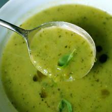 Prosty sposób przygotowania zupy-kremu z groszku i mięty