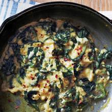 Jak przyrządzić jajecznicę ze szpinakiem?