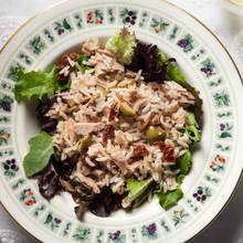 Smaczna sałatka z tuńczyka – jak ją przygotować?