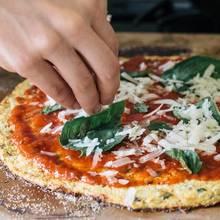 Jak zrobić oryginalne ciasto kalafiorowe na pizzę?