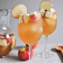 Sangria z jabłkami i cynamonem – jak ją przyrządzić?