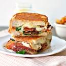 Jak przyrządzić grillowaną kanapkę z serem i szpinakiem?