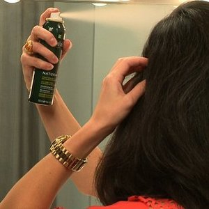 Jak usunąć zapach dymu z włosów?