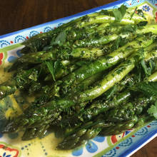 Ciekawy sposób przyrządzenia szparagów z masłem ziołowym