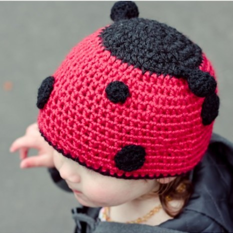 Jak zrobić zabawną biedronkę z czapki z daszkiem?