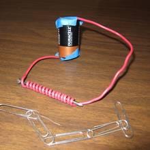 Jak wykonać prosty elektromagnes z baterii?