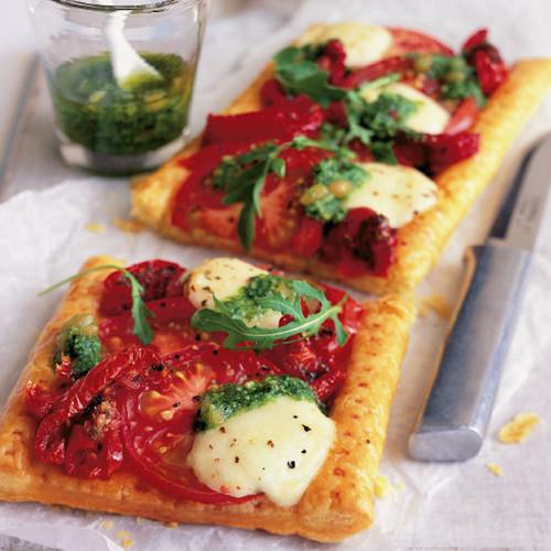 Oryginalne ciasto francuskie z pomidorami i mozzarellą – jak je przyrządzić?