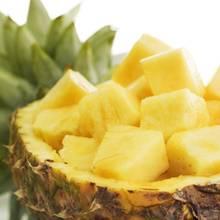 Jak poprawnie obierać świeżego ananasa?