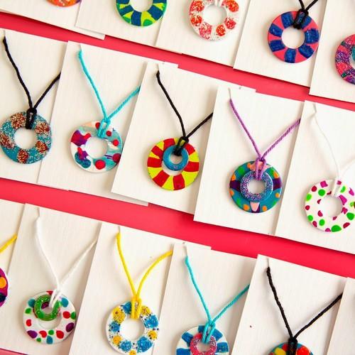 Zaskakujący naszyjnik dla artystki – jak go zrobić?